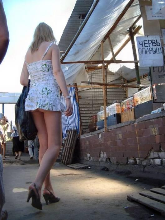 В коротком платье без трусов на улице